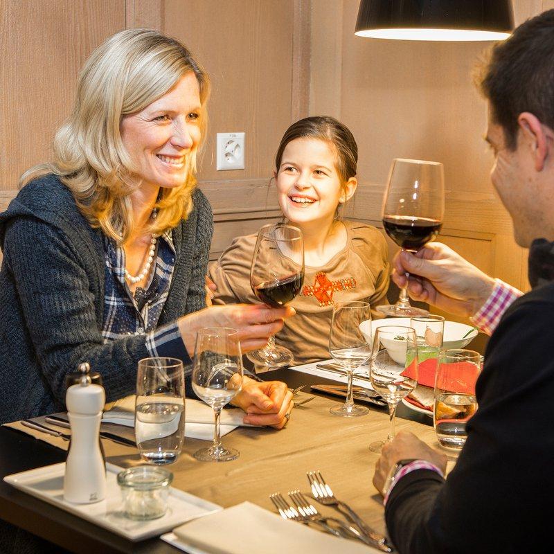 Säli - Gäste beim Anstossen mit Wein