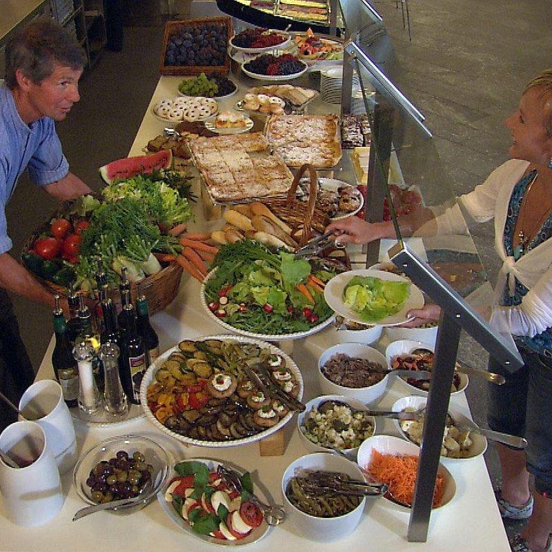 Salat, Anti Pasti und hausgemachte Kuchen