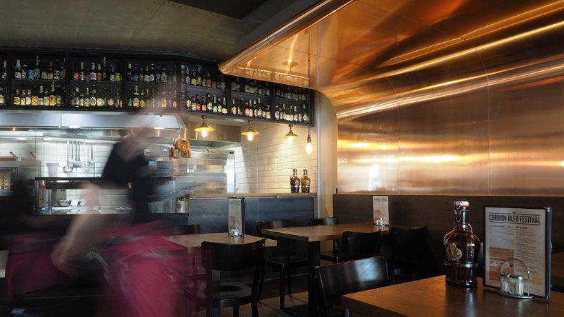 Restaurantteil rechts mit Blick in die Küche