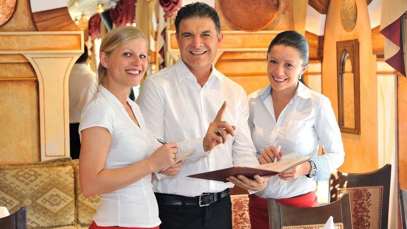 Maurice mit Service-Mitarbeiterinnen