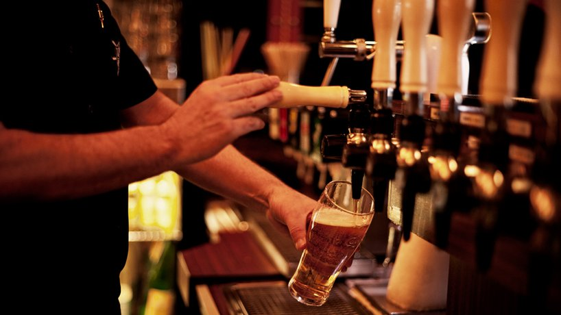 Das Bier wird frisch gezapft