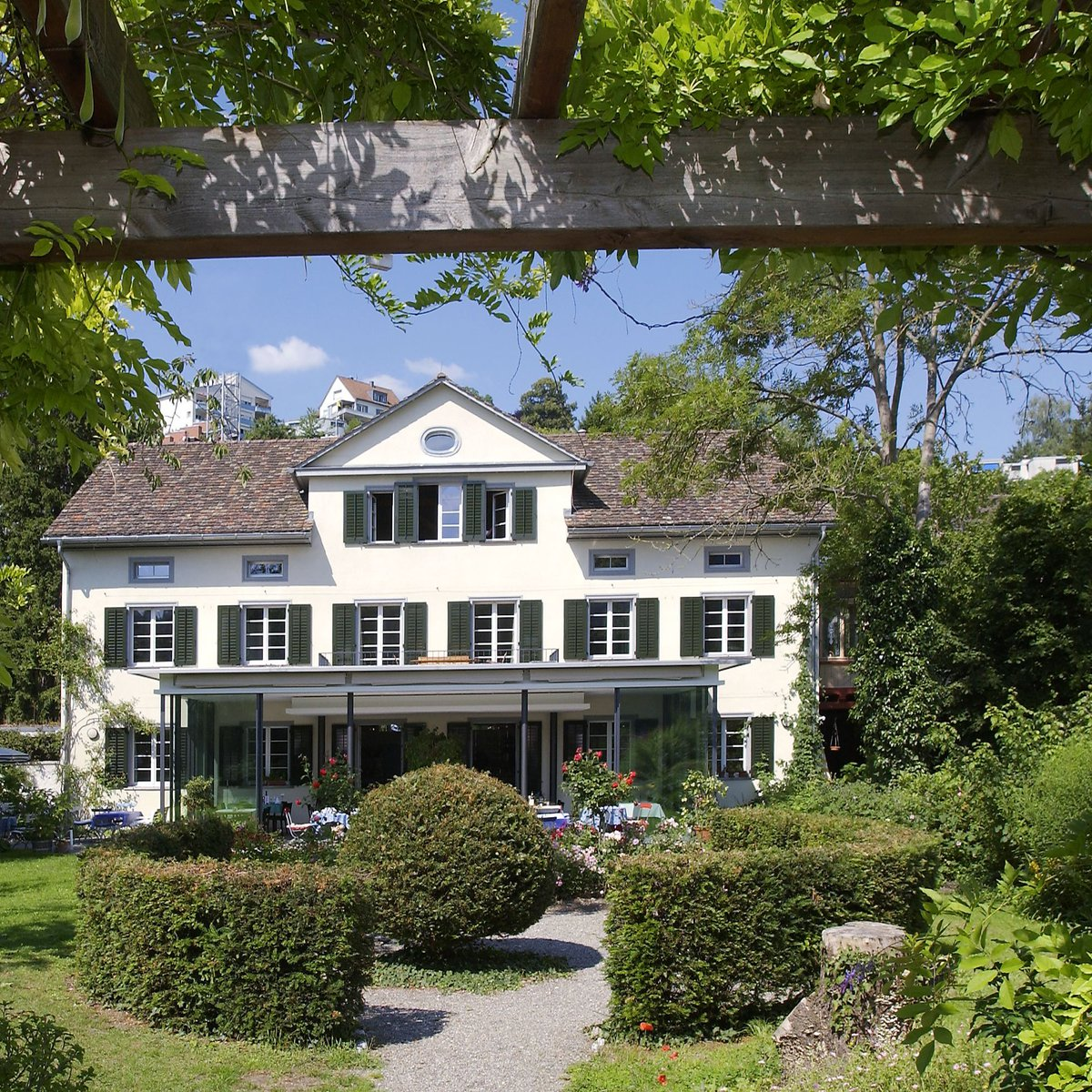 Front der Villa mit Garten
