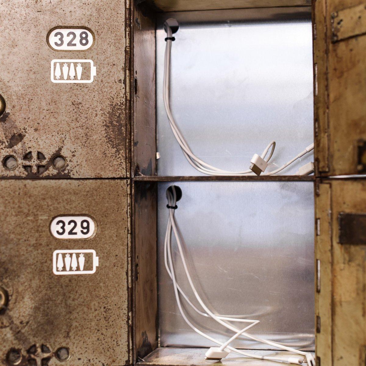 Postfächer aus den 30ern mit Saftstation für Smartphones