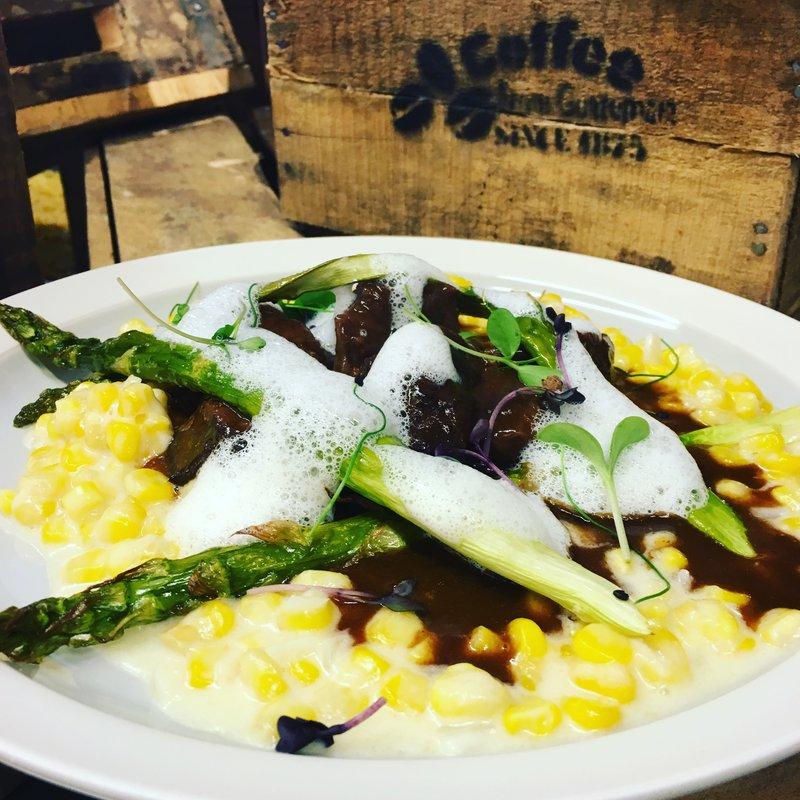 Lunch menu, Bio-Rindsragout auf Maissotto, grüner Spargel und Thymianschaum