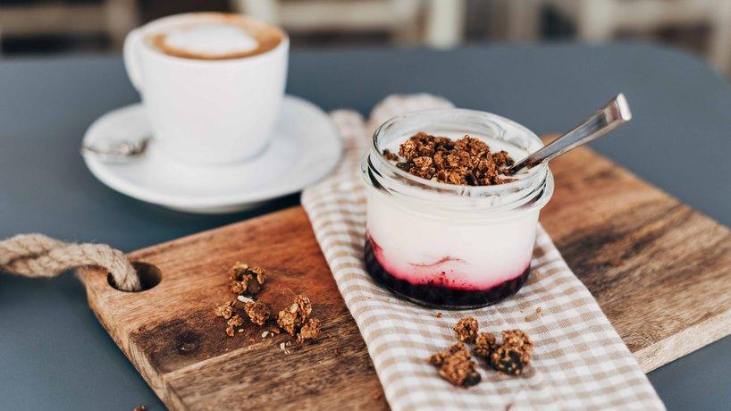 Frühstück Beeren-Yoghurt mit Granola