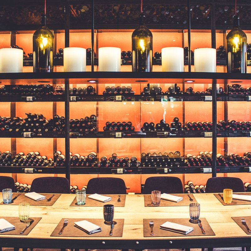 La nostra Vinoteca, che ospita oltre 600 diverse etichette di pregio, provenienti da Svizzera, Europa, America e Oceania, dal 1966 a oggi. Con tavolo degustazione.