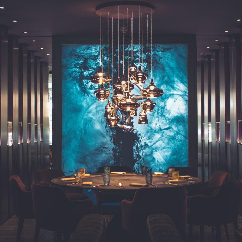Il Vino è un elemento fondante di tutto il ristorante. La prospettiva longitudinale del locale attrae lo sguardo dei clienti verso la Vinoteca.