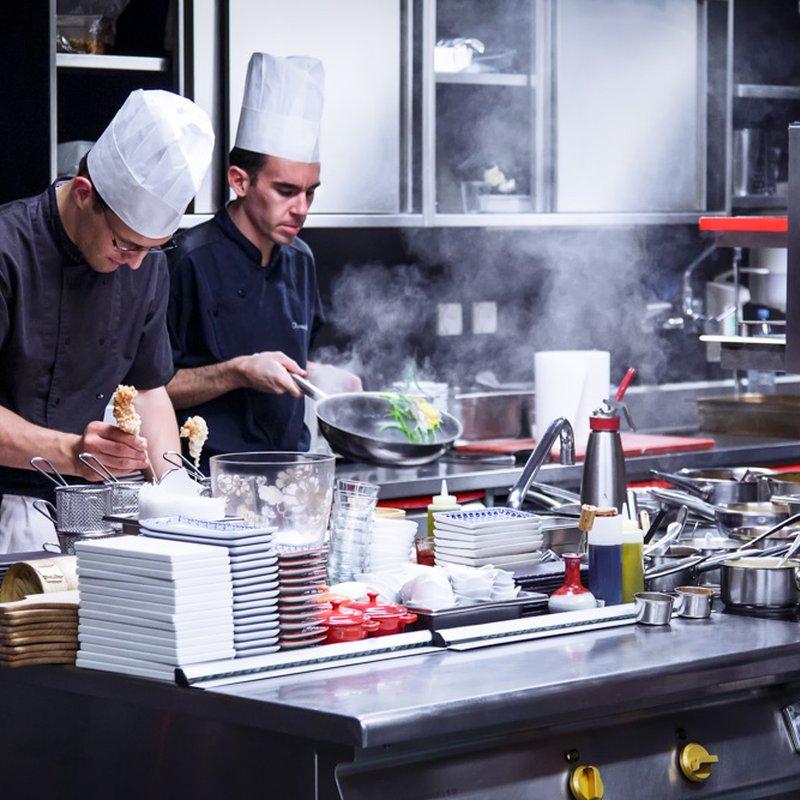 Un coup d'oeil sur l'envers du décor - le chef de cuisine et son équipe en plein service