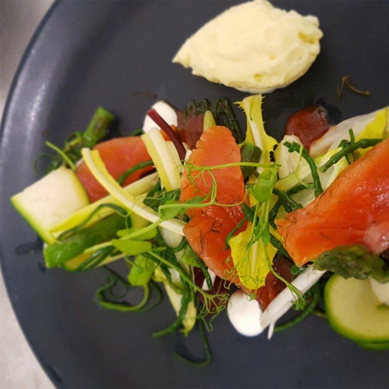 La trota salmonata del Verbano marinata e affumicata con pinzimonio di verdure primaverili e maionese di patate