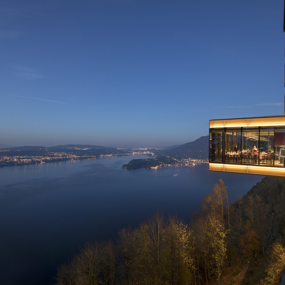 Spices Kitchen & Terrace: Aussenansicht. Der spektakuläre Restaurantkubus liegt 500 Meter über dem Vierwaldstättersee und garantiert atemberaubende Ausblicke.