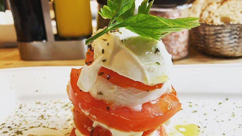 """""""Turm"""" aus Mozzarella und Tomaten"""