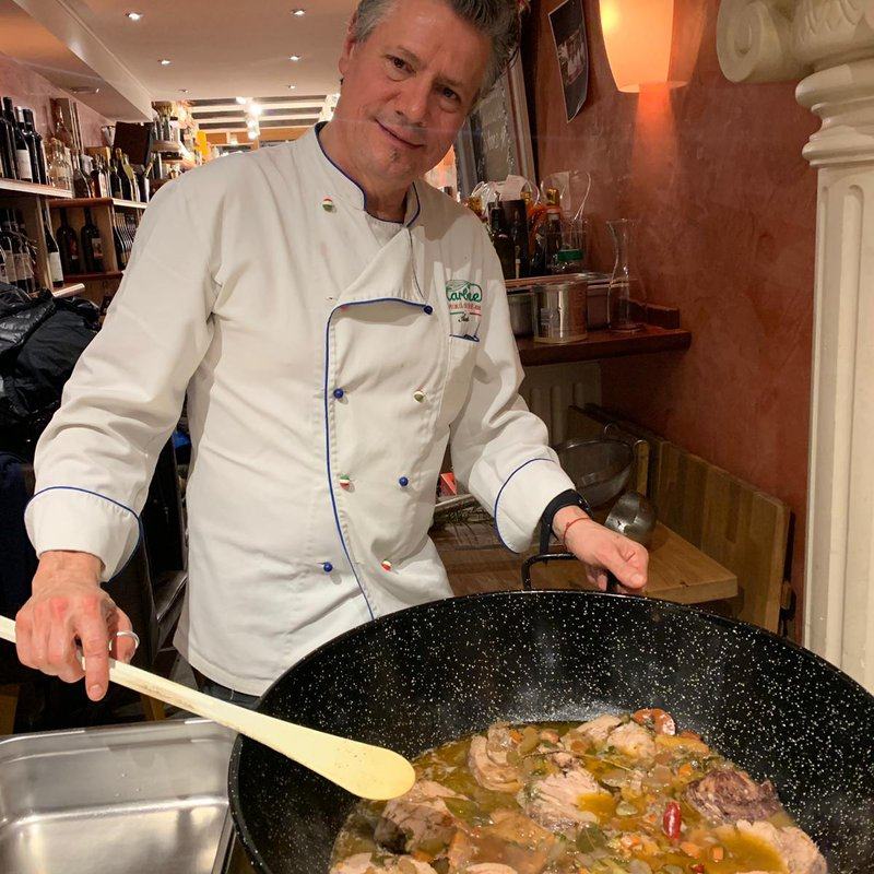 """lo chef"" Antonio bei einem seiner Kochevents (Brasato al barolo)"