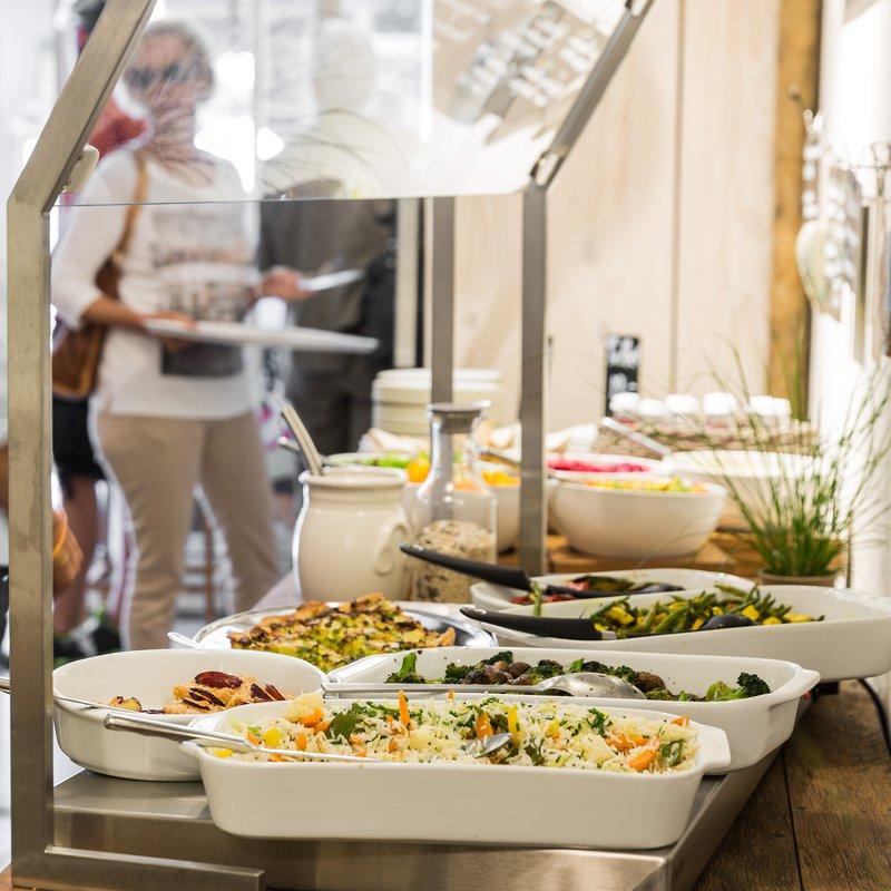 Täglich frisch zubereitet: köstliche Speisen, am Mittag vom Buffet, am Abend serviert.