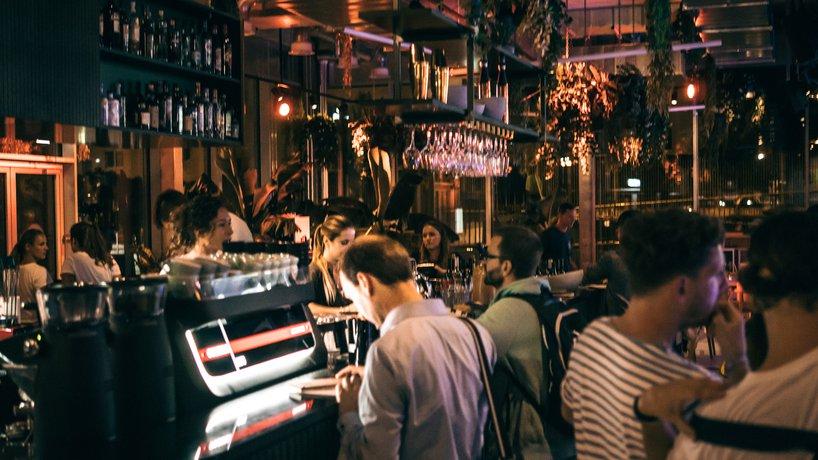 Der Barbetrieb am Abend in der Bowlery