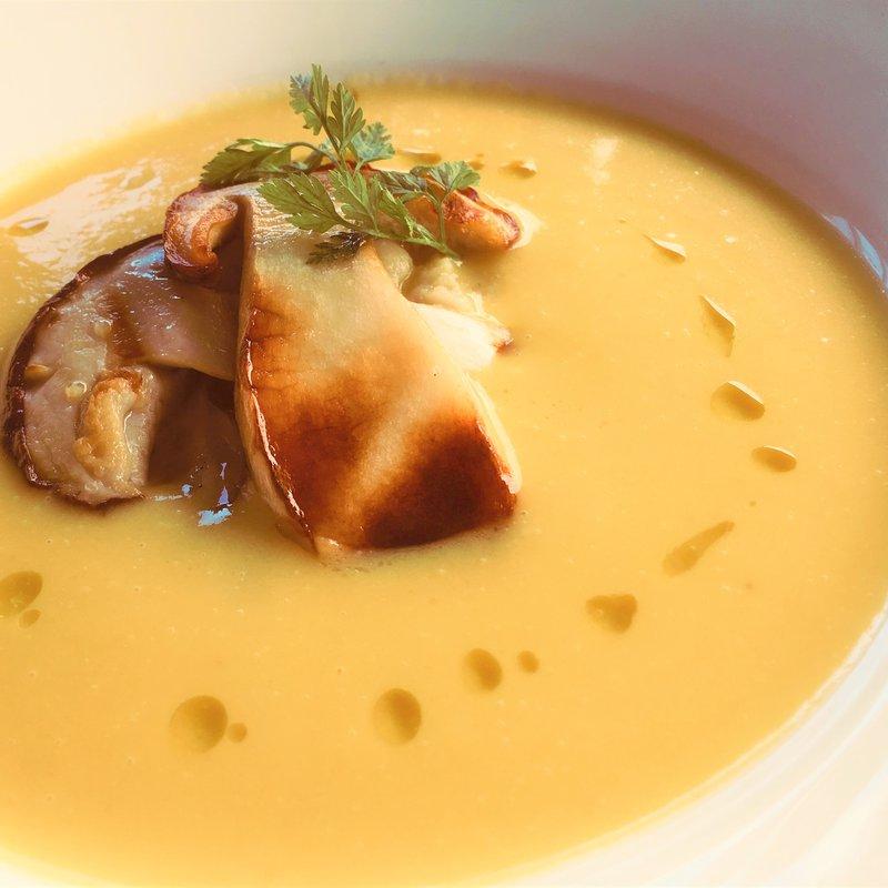 Piatti preparati con ingredienti stagionali tra cui funghi porcini, tartufi ecc.