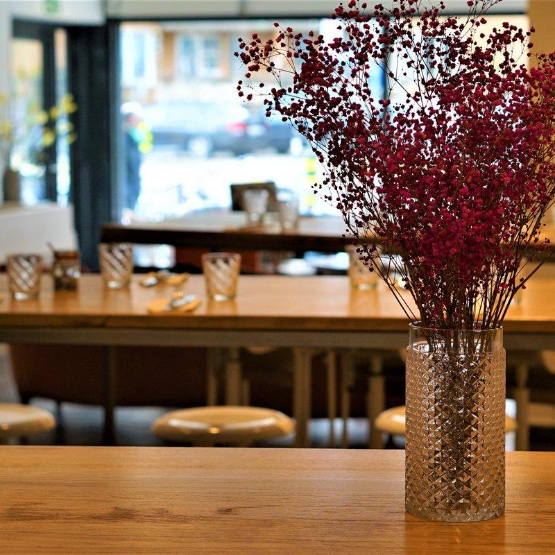 Blumen + Tisch