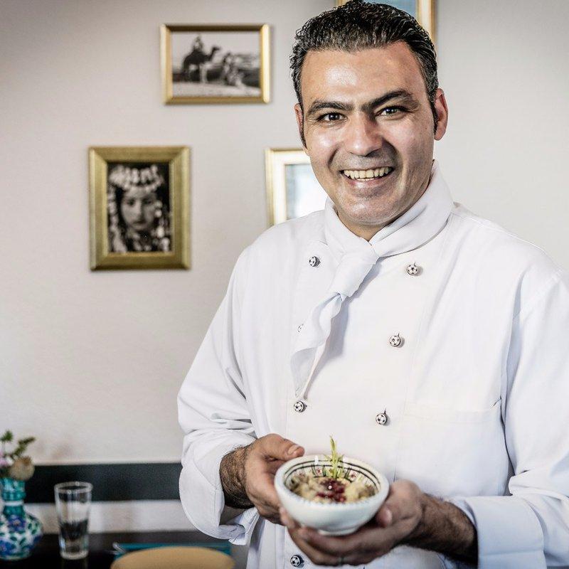 Chef Ali mit seiner frisch zubereiteten Spezialität Babaganoush