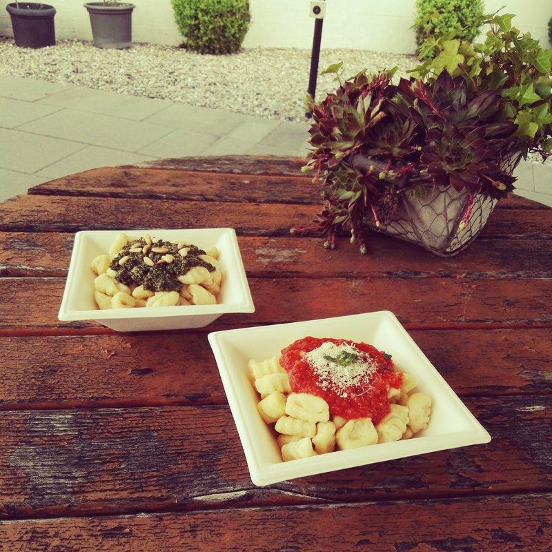 Gnocchi duo, al pesto e al pomodoro