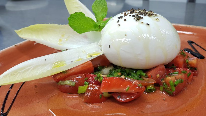 Burrata mit Erdbeeren und Tomaten