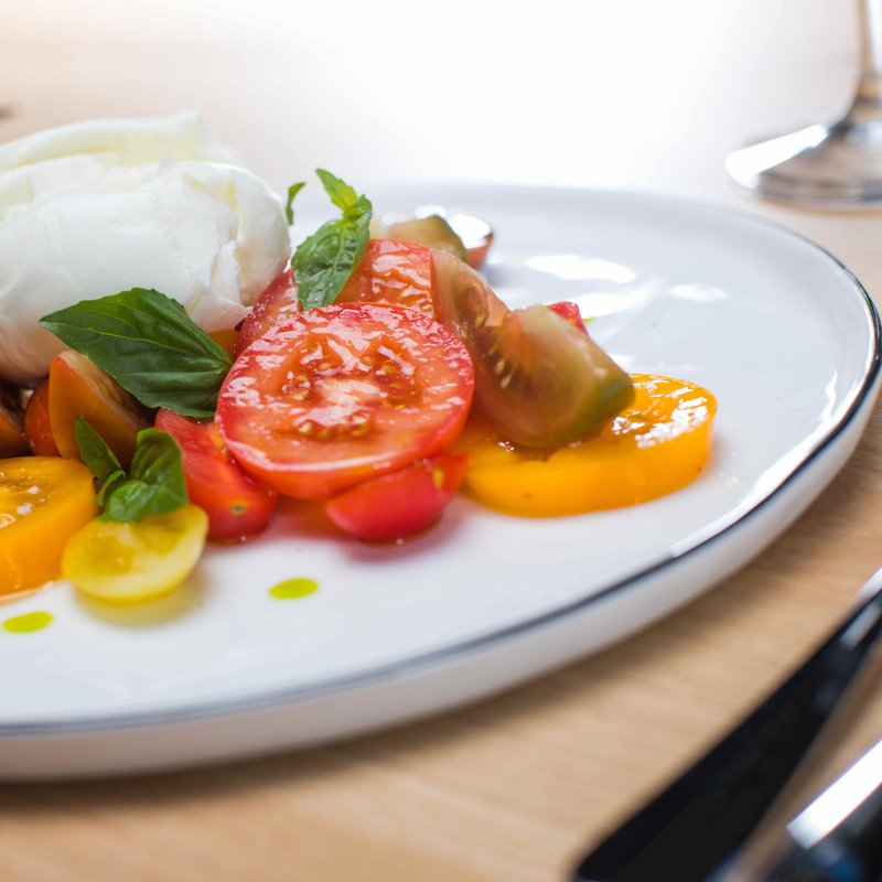 """Tomaten und Mozzarellasalat"" mit Büffelmozzarella aus Kampanien, verschiedenen Tomaten und Basilikum"