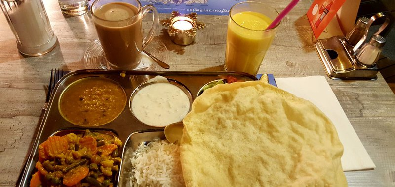 Thali mit Chai und Mango Lassi
