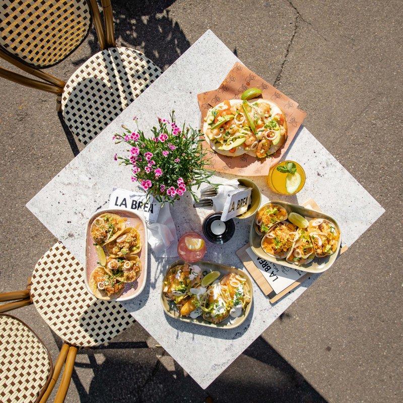 Terrasse, Tisch mit Essen