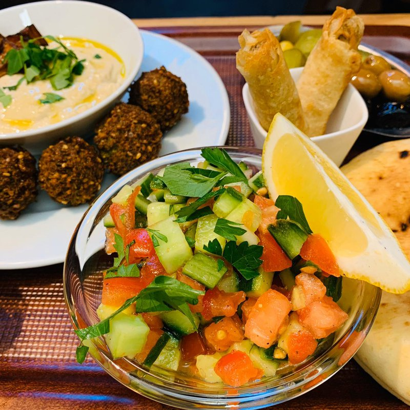 Baba Ghanoush: Geräucherte Aubergine mit Tahina, Olivenöl, Falafel, Cigars Baladi, Salat und Oliven