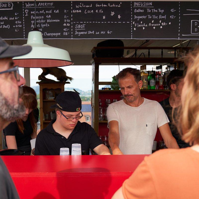 Unser Lernender Timo im Einsatz in der Bar 8 - Begleitet durch den Geschäftsführer Jonas Staub