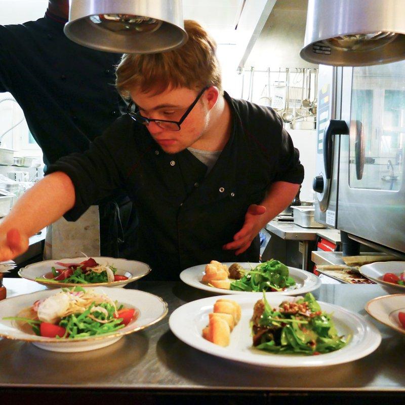 Unserer Lernender Timo bei der Zubereitung von unseren veganen Menüs. Mhmmm Lecker!