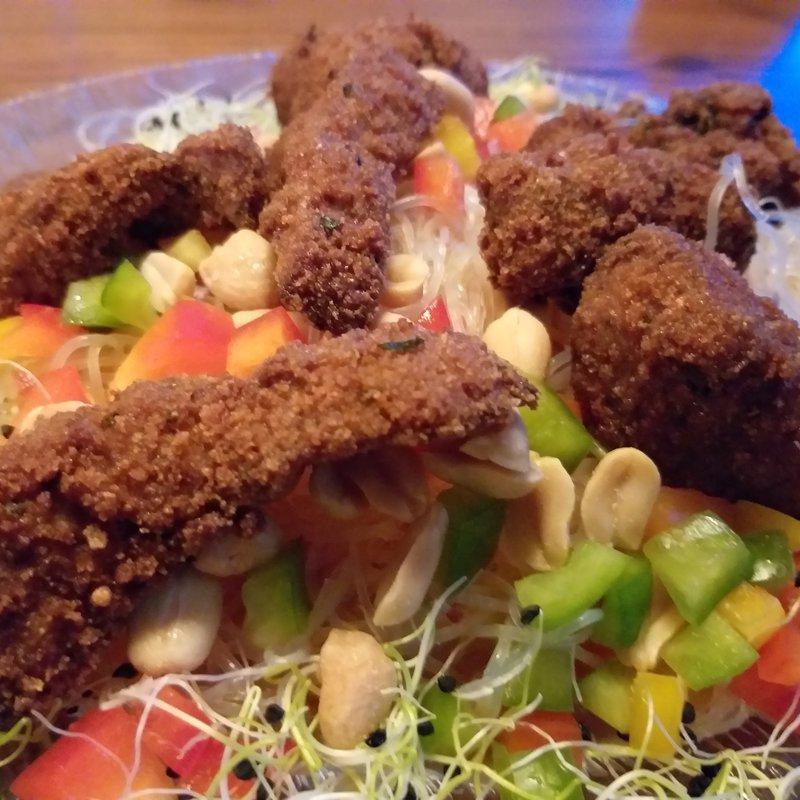 Schnitzelfetzen auf Salat
