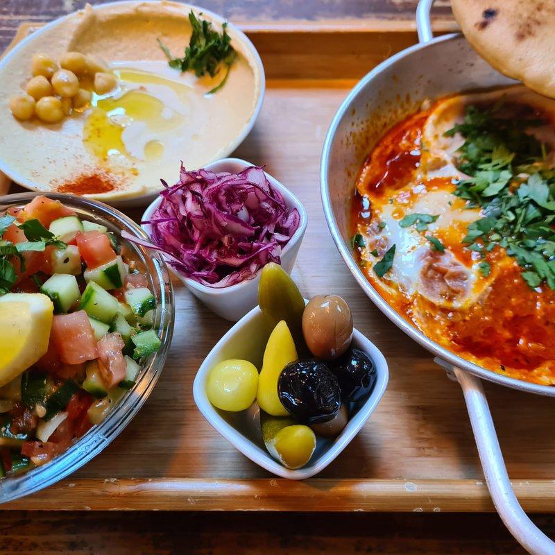 Shakshuka: Tomatensosse, Paprika, Bio Eier mit Hummus, salat und Oliven