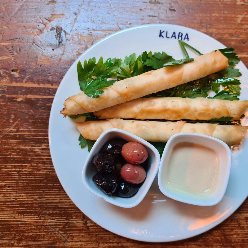 Burekas Rolls: Blätterteigrollen mit Feta-Käse und Za'atar, serviert mit Tahina und Oliven