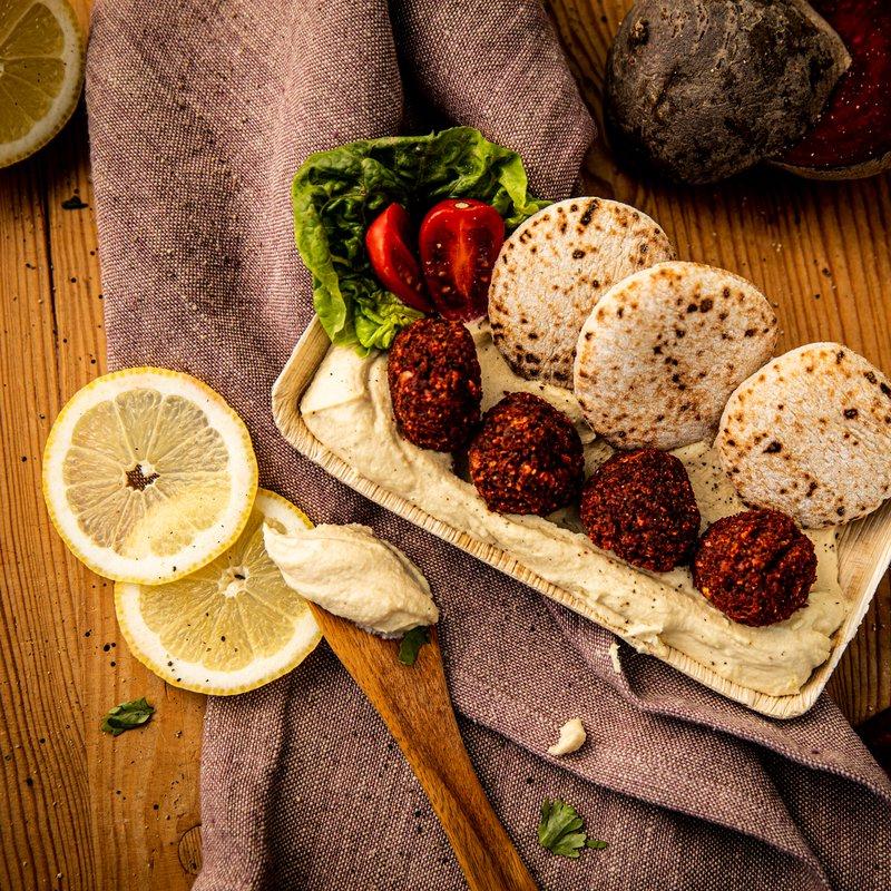Hummus mit Zitronen-Tymian-Öl, Randenfalafel und Fladenbrot