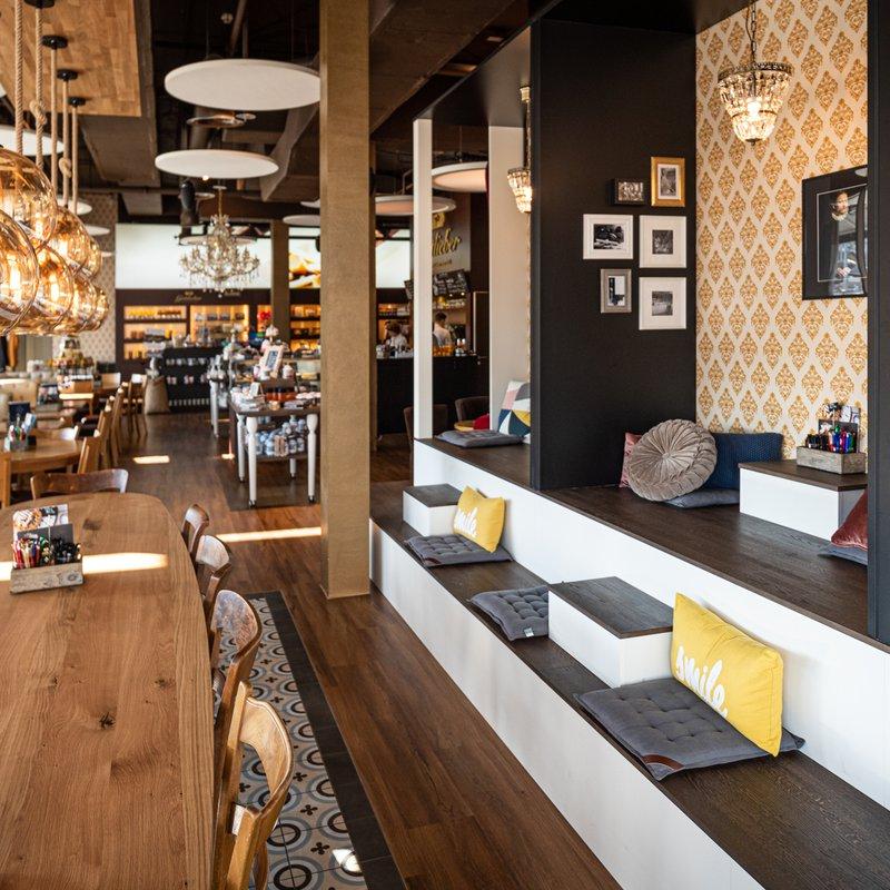 Gottlieber Sweets & Coffee langer Tisch und Sitztreppe