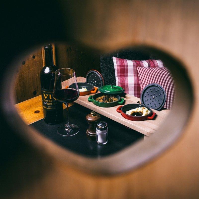 Kalbsrahmragout und Hauswein Vin CotschEn