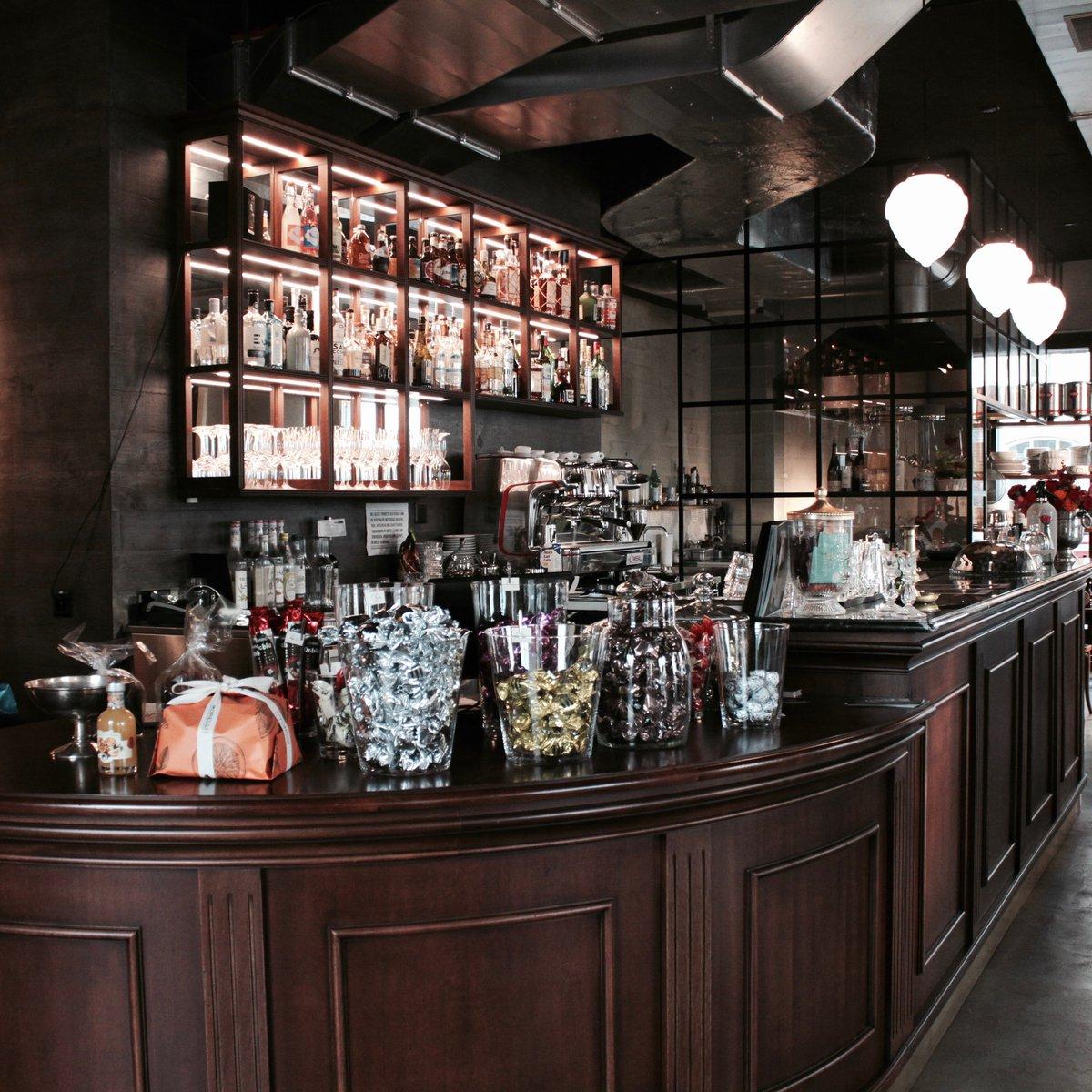 Bar und offene Küche im Hintergrund