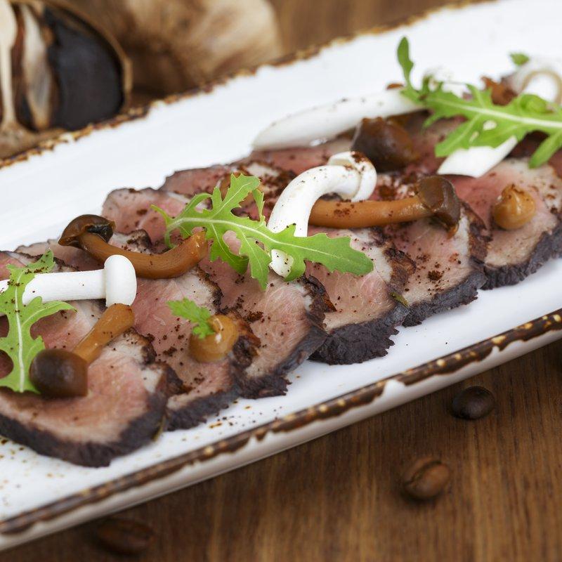 Immortal Duck - Tataki de magret de canard mariné aux épices asiatiques et au Porto, champignons shimeji au café et aïoli à l'ail noir