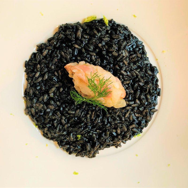 Risotto al nero di seppia con tartare di salmerino