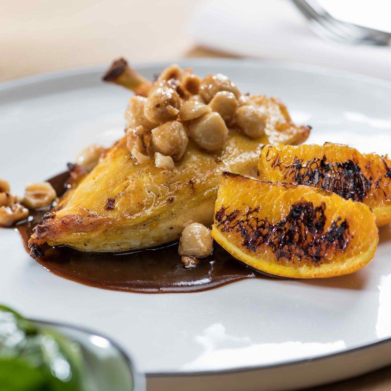Rheintaler Maispoulardenbrust mit Safran mariniert, serviert mit gerösteten Honig-Haselnüssen