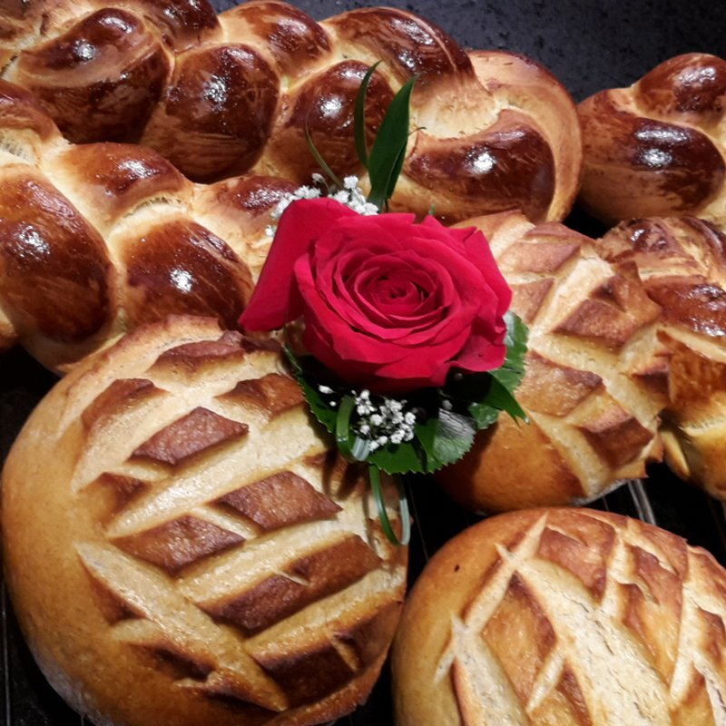 Selbstgebackenes Brot und Zopf