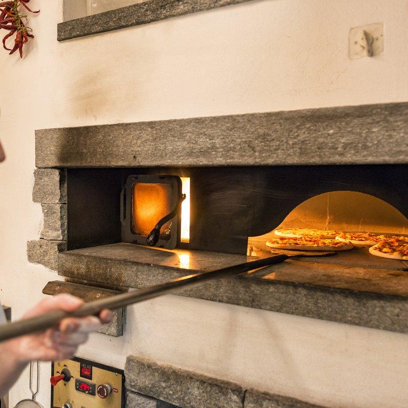 Im Restaurant Montanara gibt es typische Bündner, italienische und französische Spezialitäten, abwechslungsreiche Tagesgerichte und feine Pizzen aus dem Steinofen.
