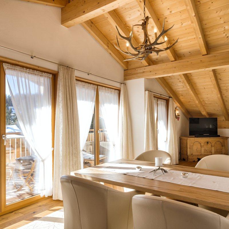 Alle Zimmer und Apartments verfügen über ein eigenes Bad mit Dusche, Boxspringbetten, kostenlosen WLAN-Zugang, einen Flatscreen-TV sowie einen Balkon bzw. eine Terrasse.