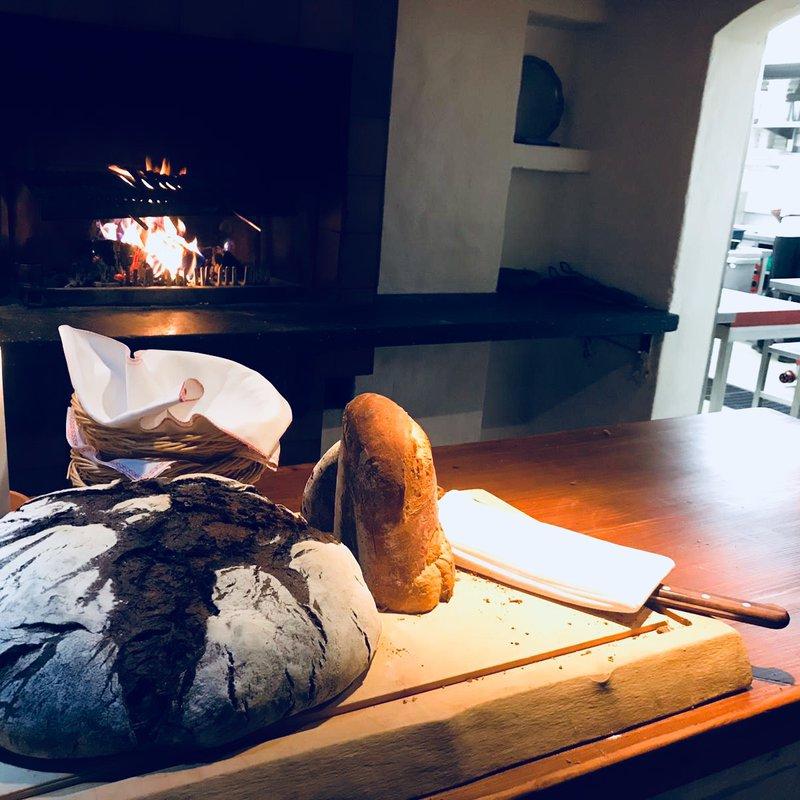 Brot vom Dorfbäcker und Fleisch vom Holzfeuer Grill