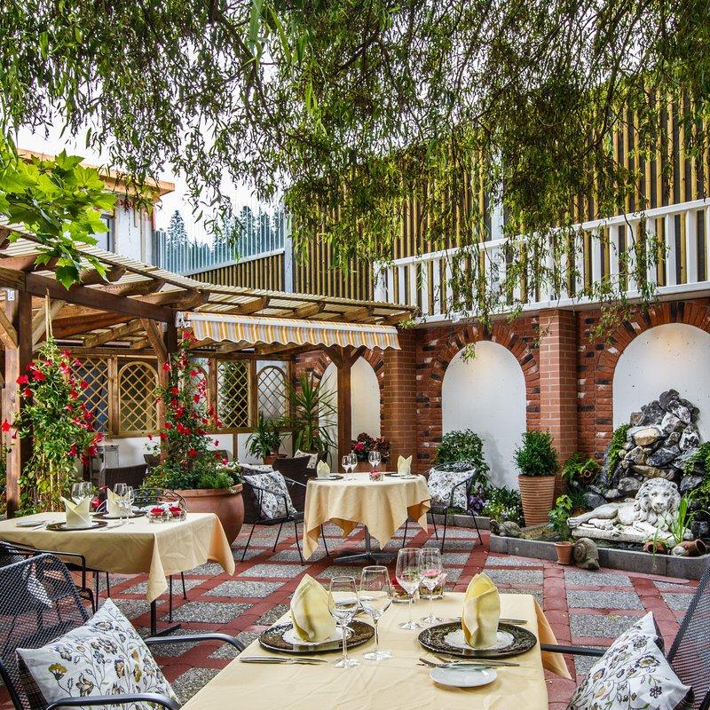 Lauschiger Garten mit Lounge. Für leckere Desserts und feinste Gourmet Küche