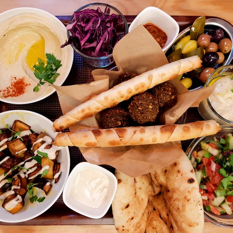 All In Mix Plate: Hummus, Falafel, Baba Ghanoush, Salat, Burekasrolls, Cigars Baladi, Aubergine, Oliven und Pita