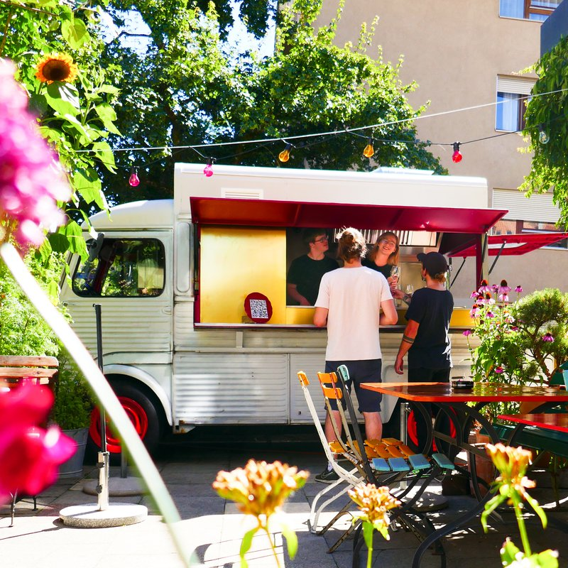 Unsere Sommerbar mit dem Pop-Up Oldtimer Foodtruck aus dem Jahre 1976 - draussen auf unserer grünen Terrasse.