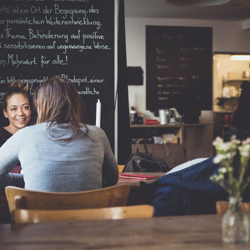 Die Gaststube mit secondhand Interieur vom Provisorium46 - Gemütlichkeit beim Kaffeetrinken