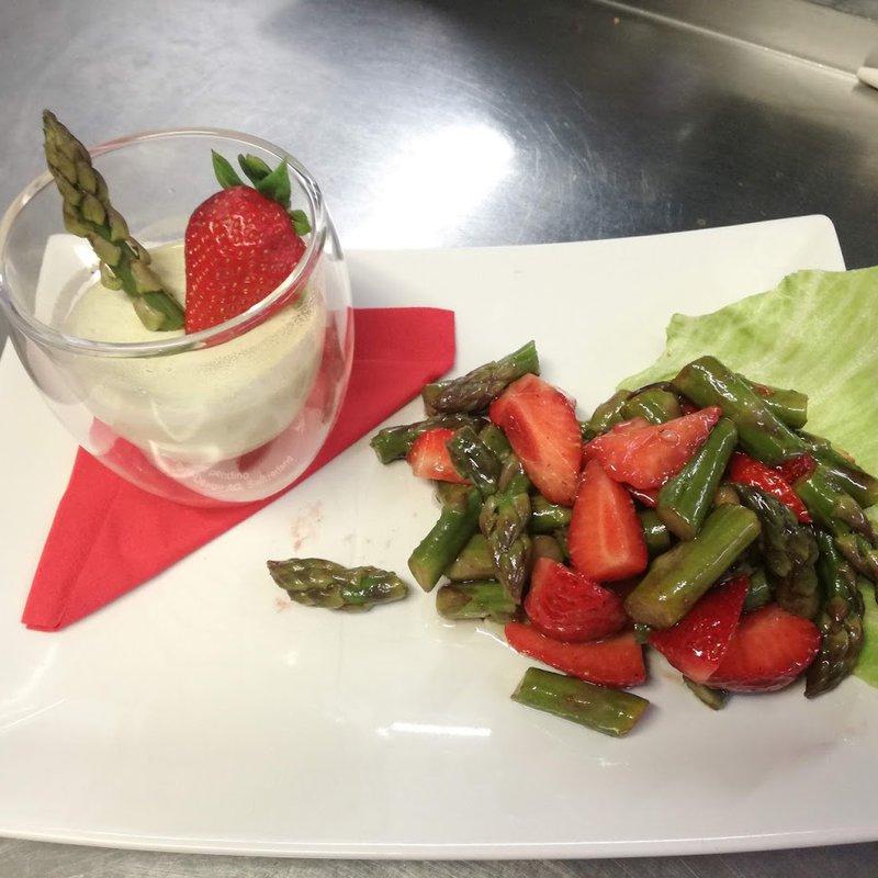 Spargel Pannacotta mit Erdbeeren