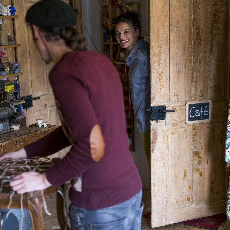 Die Werkstatt und der Eingang des Cafés