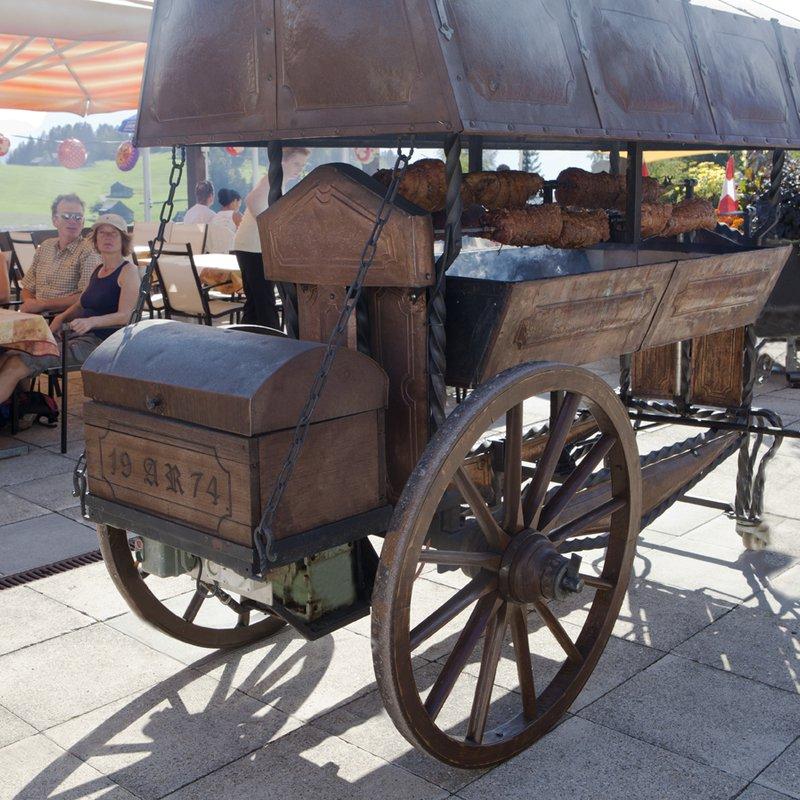 Selbst geschmiedeter Grillwagen für feine Braten ect.